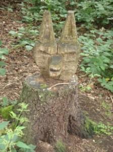 Aus eine Baumstamm geschnitzter Hundekopf