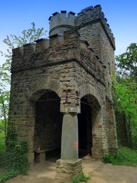 Der Bismarckturm ist das einzige graue an dieser Wanderung