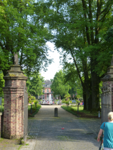 Einfahrt zu Schloss Wickrath