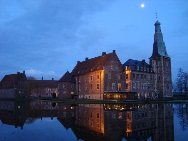 Schloss Raesfeld in der einbrechenden Dämmerung