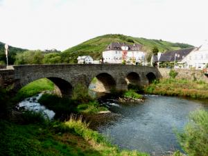 Die Nikolausbrücke in Rech im Ahrtal unterhalb der Saffenburg