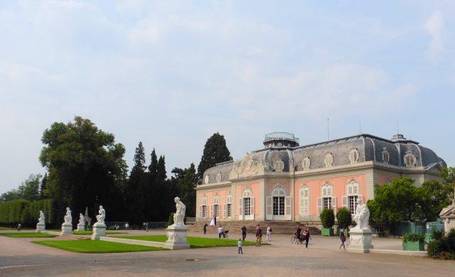Schloss Benrath liegt am D-Weg in Düsseldorf