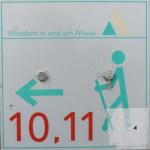 Eines der seltenen Wegezeichen - man folgt der 10
