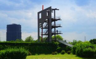 """Das 16 Meter hohe """"Schwarze Tor"""" mit dem Gasometer im Hintergrund"""